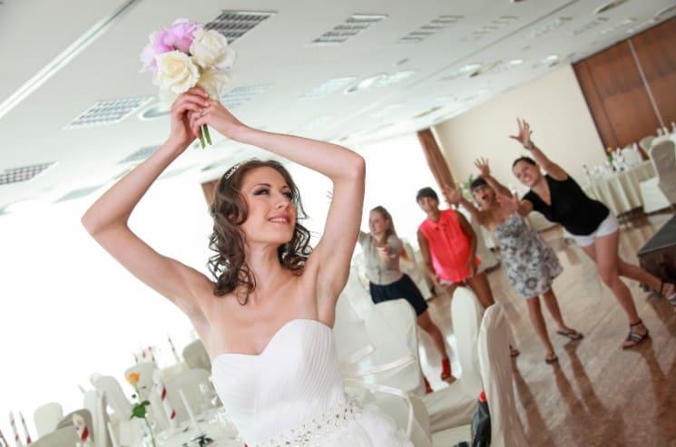 svatební tradice házení kyticí