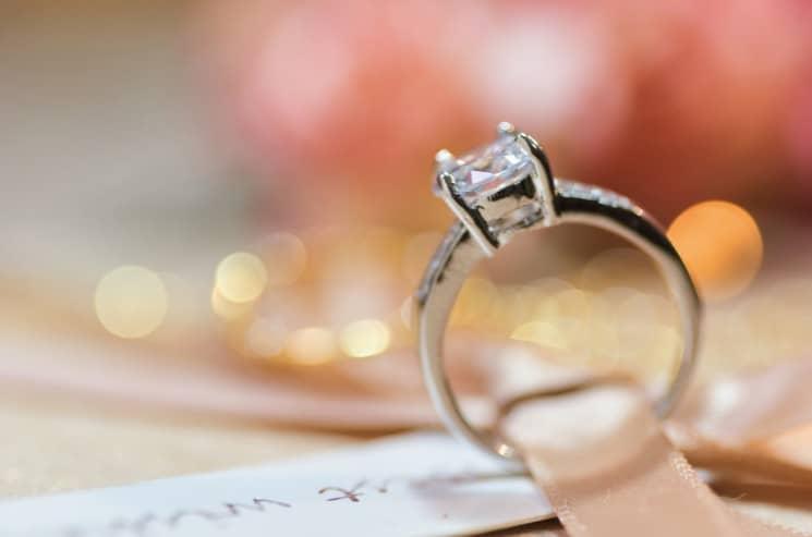 Pro zásnubní prsten je typický drahokam