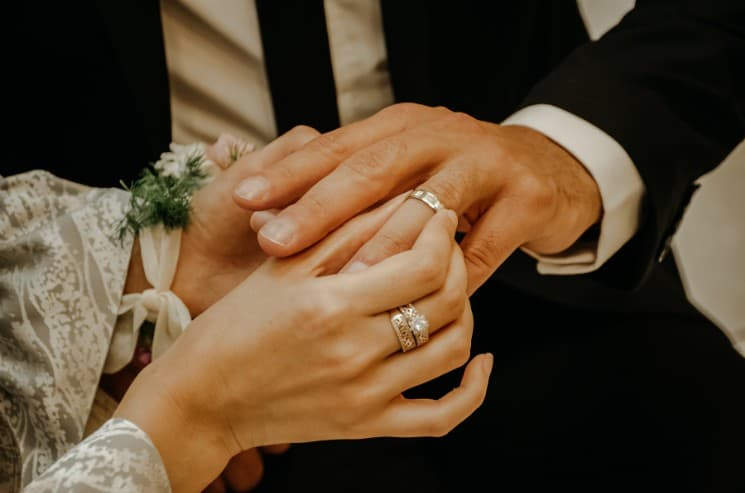 Snubní prsteny se nosí na levém prsteníčku